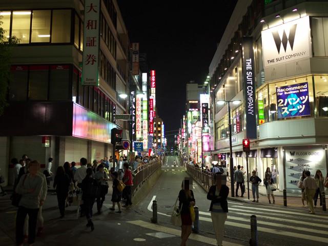 横浜駅西口の夜のパルナード通り