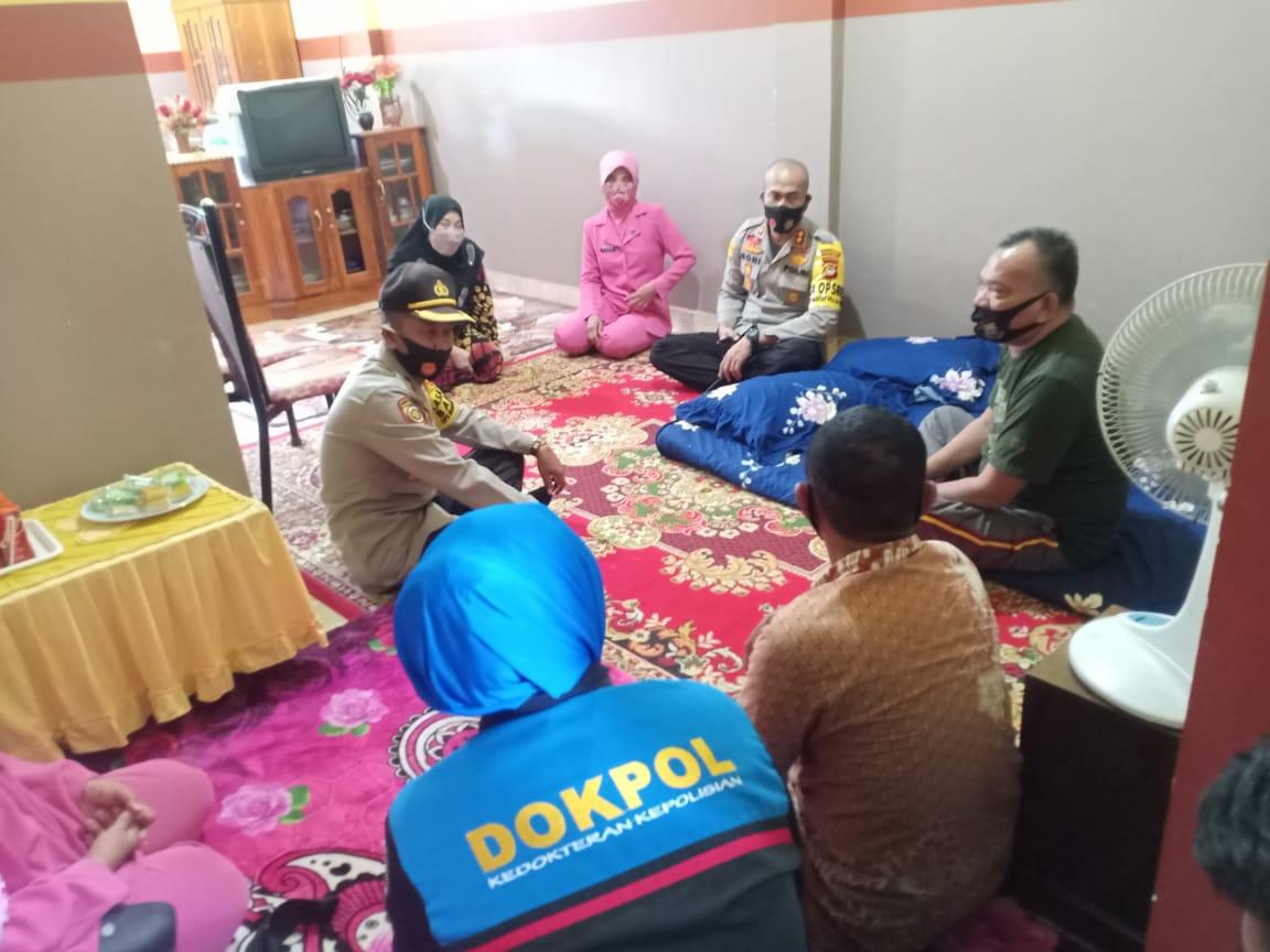 Kapolres Soppeng Anjangsana ke Rumah Personil Polri yang Sedang Sakit