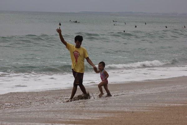Bermain dengan Bapak di Pantai