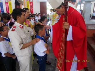 Giáo xứ Tân Khẩn: Đức Cha viếng thăm mục vụ và ban Bí tích Thêm sức
