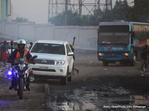 Des joueurs des Léopards de la RDC escortés par la police après avoir dispersé des supporteurs par un coup de gaz lacrymogène à la sortie du stade Tata Raphaël à Kinshasa le 11/10/2014 lors de la défaite contre les Eléphants de la Côte d'Ivoire (1-2). Radio Okapi/Ph. John Bompengo