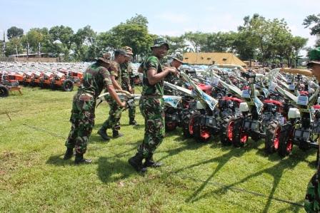 pembagian 1000 (seribu) hand Traktor Di ngawi oleh Jokowi
