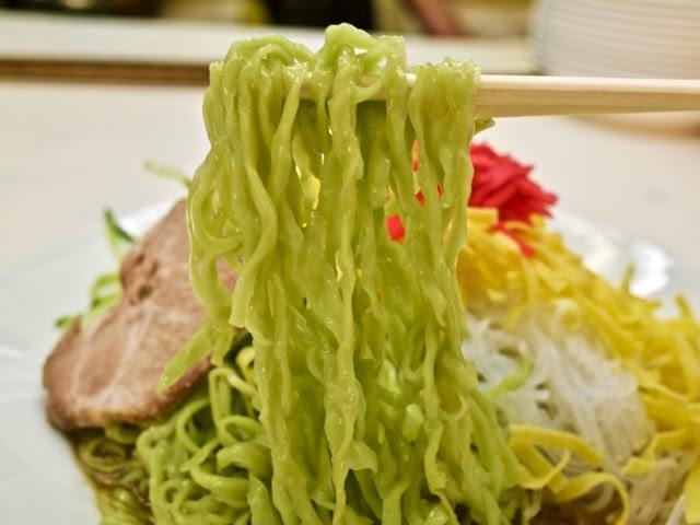 平打ちで緑色の細麺