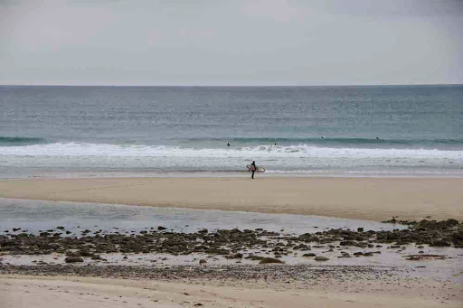 Surfeurs dans l'anse du Cabestan