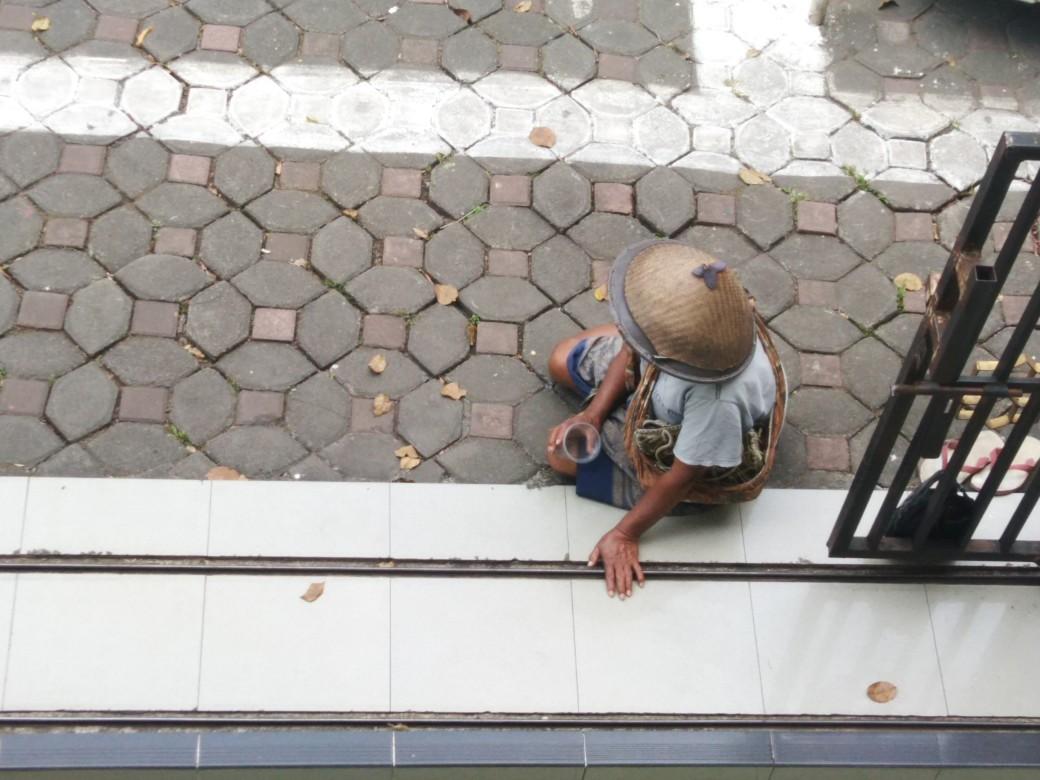 Salah satu pengemis di depan gerbang masjid Darul Amal Salatiga