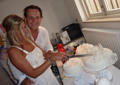 Aansnijden bruidstaart.JPG