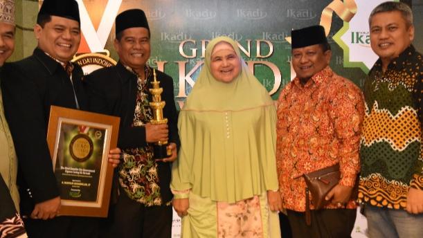 Wako Mahyeldi dan rombongan foto bersama usai menerima penghargaan.