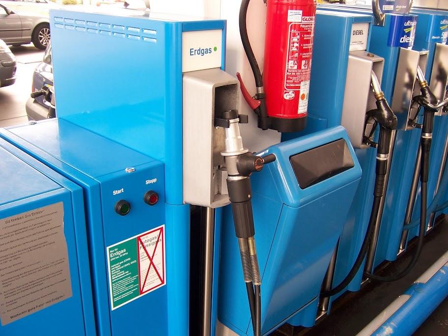 Wielopaliwowy dystrybutor z końcówką CNG na stacji paliw w Lukxemburgu