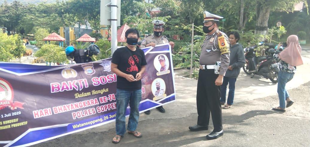 Kepedulian Sat Lantas Polres Soppeng Bagi - Bagi Masker Gratis, Sambut Hari Bhayangkara Ke 74 dan Dukung New Normal
