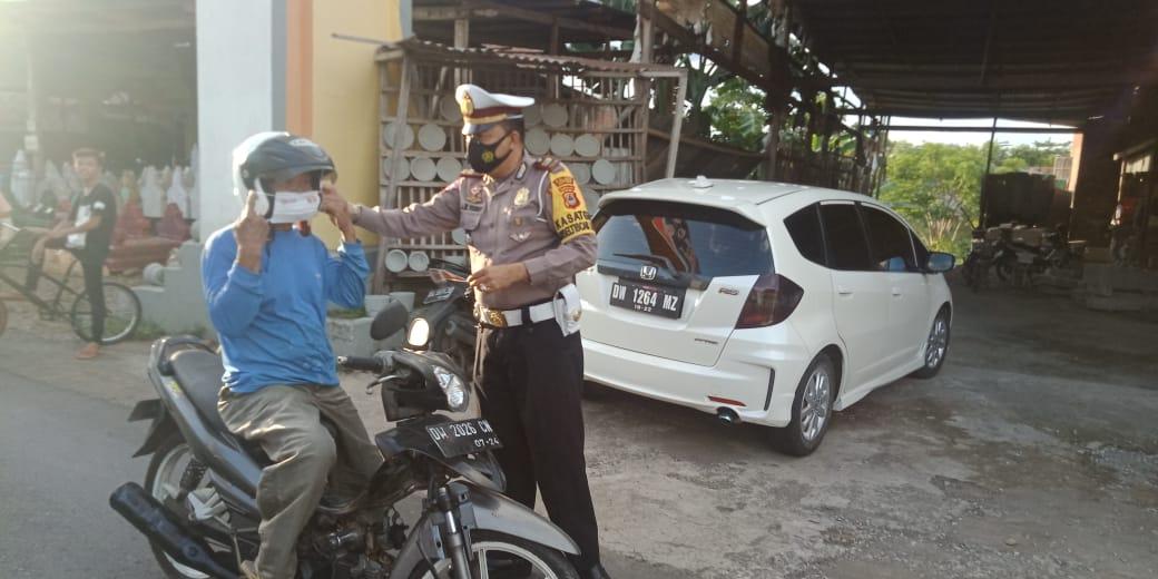 Kasat Lantas Polres Soppeng Pimpin Edukasi Prokes dan Bagi Masker di Momen Bagi Takjil Jelang Buka Puasa
