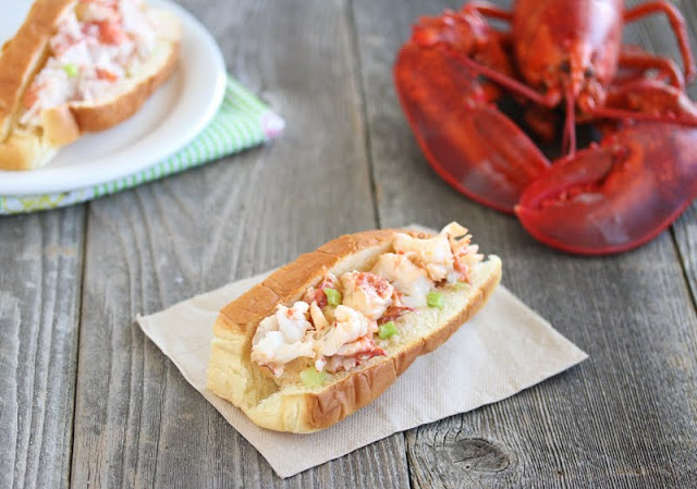 photo of a lobster roll