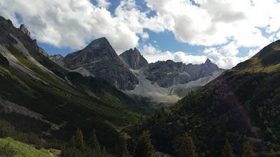 Blick in das Tiroler Sandestal bei Gschnitz
