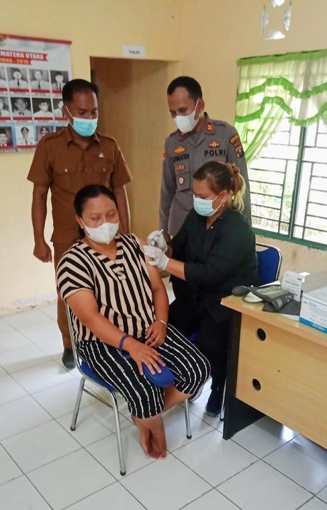 Polsek Kotarih Pam Vaksinasi di Kantor Desa Sialtong