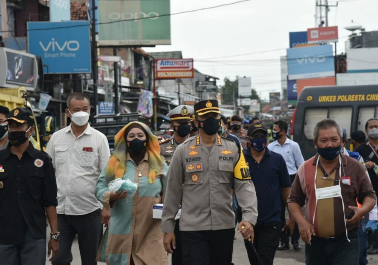 Disiplin Prokes, Kapolresta Cirebon Polda Jabar Bagikan 1500 Masker di Pasar Losari