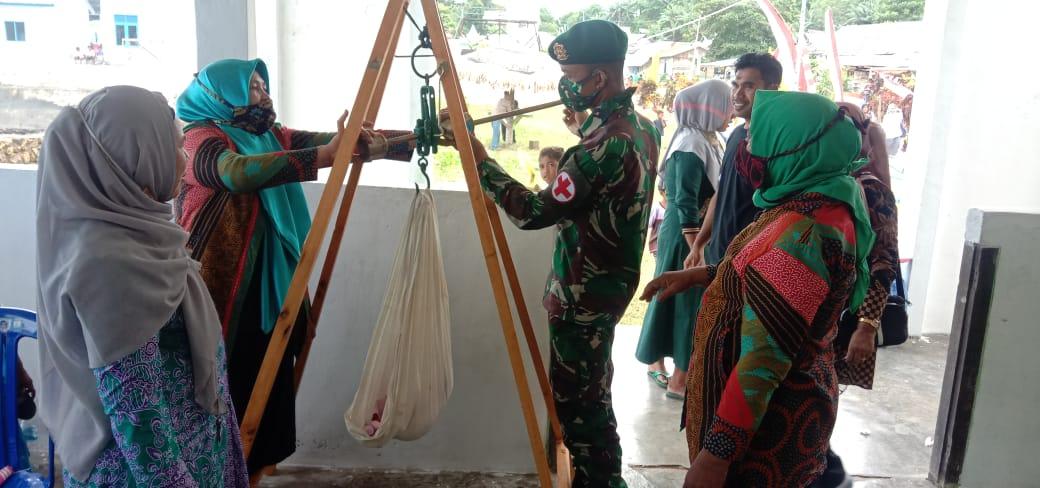 Satgas Yonarmed 9 Bantu Posyandu di Desa Tapeleo - Halmahera Tengah