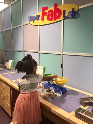 top black mom mommy blogger Children's museum of Atlanta georgia play learn science black brown girl brave PR sid the science kid sid the science kid super fab lab
