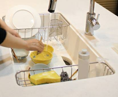 お皿を洗っている
