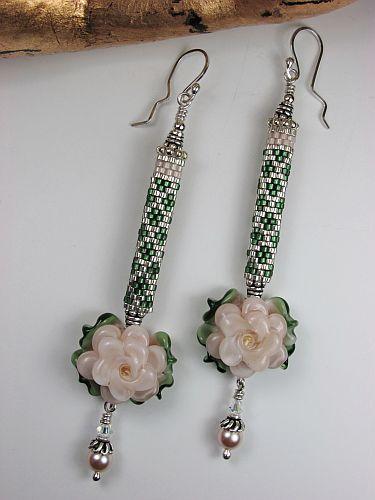 Простые, но в тоже время очень стильные и милые бисерные сережки с цветочками, автор Эрин Симонетти (Eryn Simonetti)
