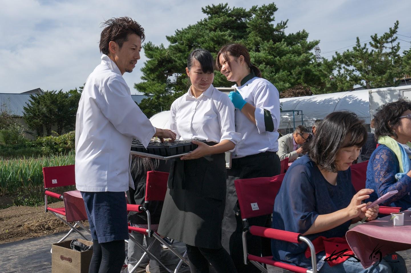 関川シェフが自らテーブル席に持参のスペシャルデザート