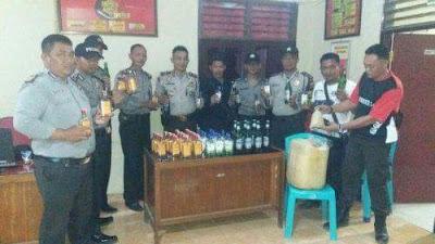 CIPKON Jelang Tahun Baru 2018 Polsek Pamenang Amankan Puluhan Botol Miras