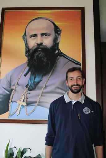 Fr. Paolo Rizzetto davanti al quadro del fondatore San Daniele Comboni