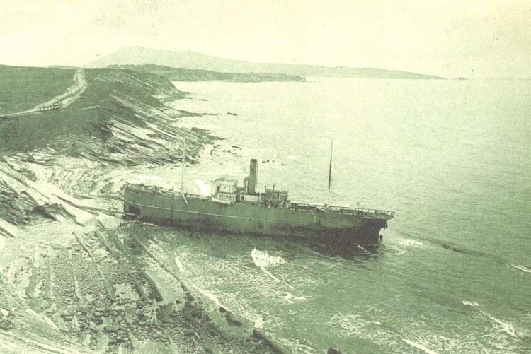 El ARNABAL-MENDI varado en la costa vasco francesa.jpg