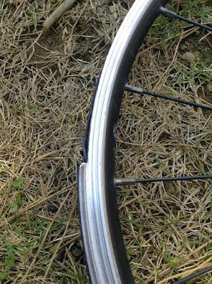 パンクしてぶっ壊れた自転車のリム