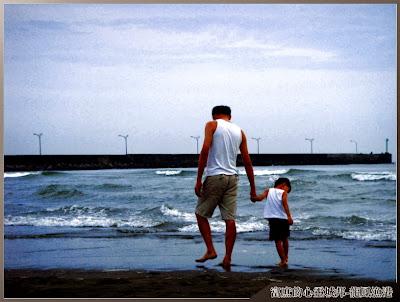 散步在龍鳳漁港沙灘