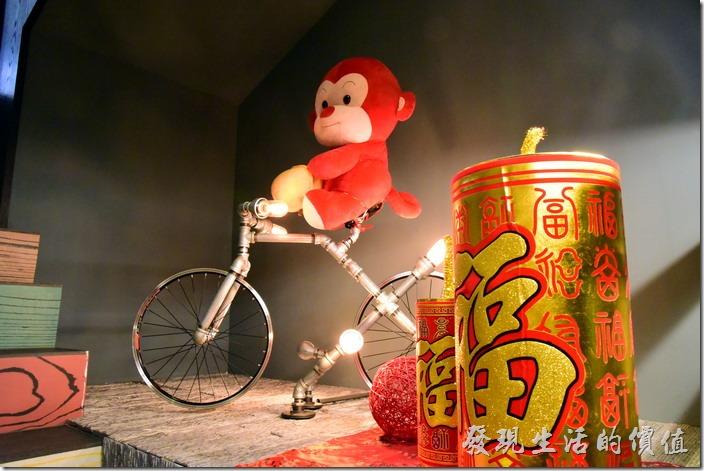 台南-日光徐徐。樓梯間應景的擺上的猴年的裝飾。