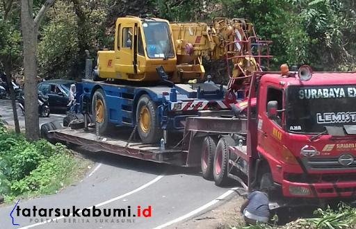 Jalan Palabuhanratu - Surade Terhalang Kontainer Pembawa Crane, Petugas dan Warga Buat Jalan Baru