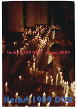 Photo: G Oktober 89 SN - Kerzen gegen die Staatsmacht. Bis zu 40.000 Menschen zogen nach einem Friedensgebet im Dom durch Schwerin.