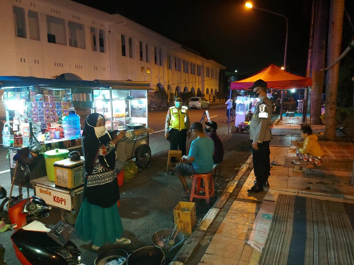 Bubarkan Kerumunan, Dengan Humanis Dalam Ops Yustisi Polsek Lemahwungkuk Polres Ciko