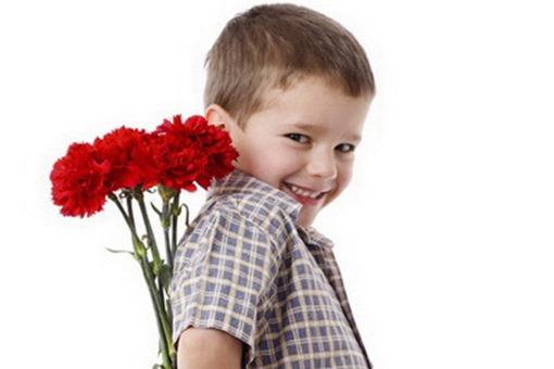 Мальчик держит букет гвоздик