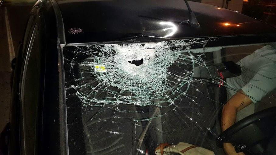 Apedrearon el auto de un funcionario en la autopista