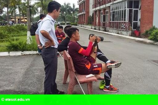 Hình 2: Trung vệ cao 1m90 của U.23 Việt Nam bắt bóng không thua thủ môn
