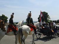 44 Megérkeznek a lovasfogatok és a hagyományőrző lovasok a temetőbe a tiszteletadásra.jpg