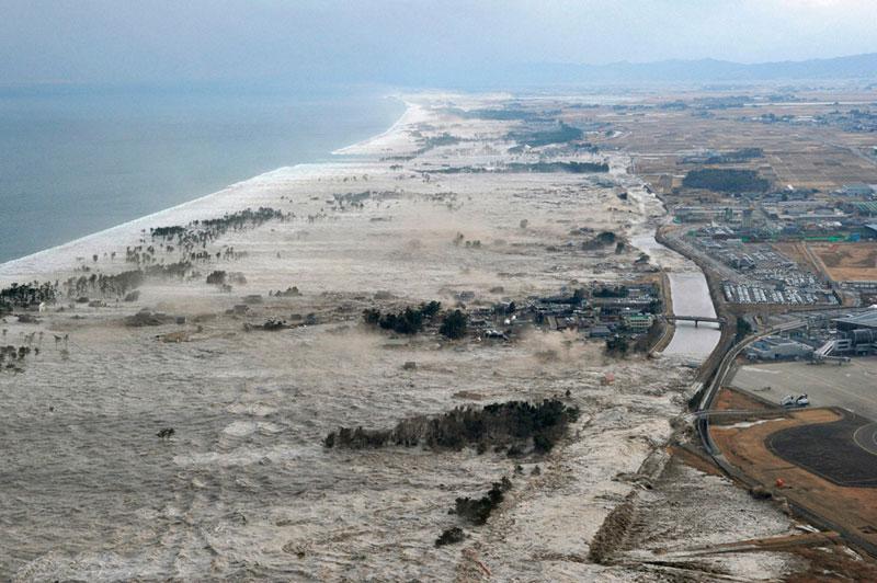 https://lh3.googleusercontent.com/-x0meGUX_AvI/TXpEVFYQR1I/AAAAAAAABgs/y9gnDYBNJNs/s1600/japan-tsunami-earthquake-photo-stills-006.jpg