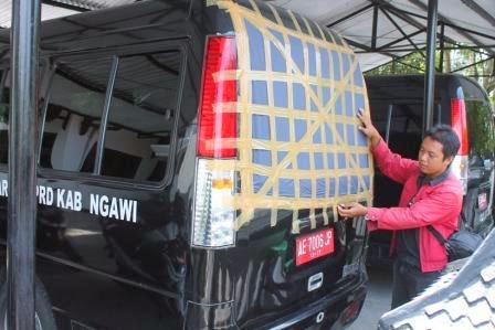 Mobdin DPRD Ngawi dengan kaca belakang pecah yang ditambal plastik