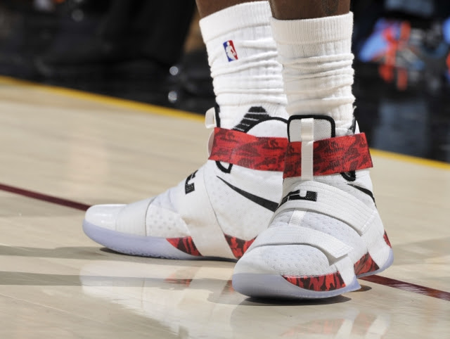 9e824b2126f ... King James Debuts Red Camo Soldier 10 PEs in Win Over Lakers ...