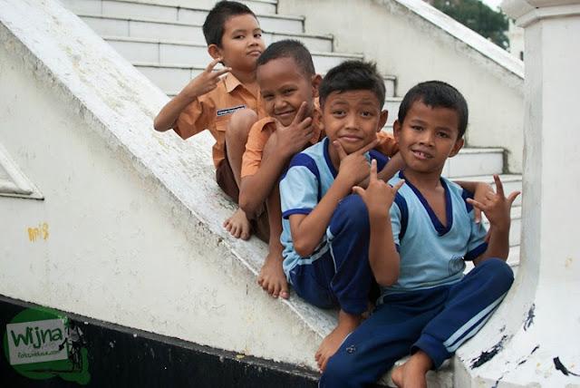 Anak-anak SD di Medan yang bermain sepulang sekolah di pemakaman dekat Masjid Raya Al-Mahsun