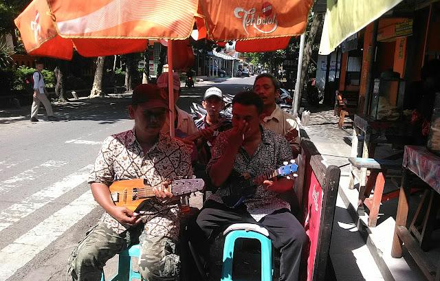 Kelompok musik keroncong menghibur para pelangan warung Soto Segeer Hj. Fatimah Noyolali. (foto direktorijateng.com)