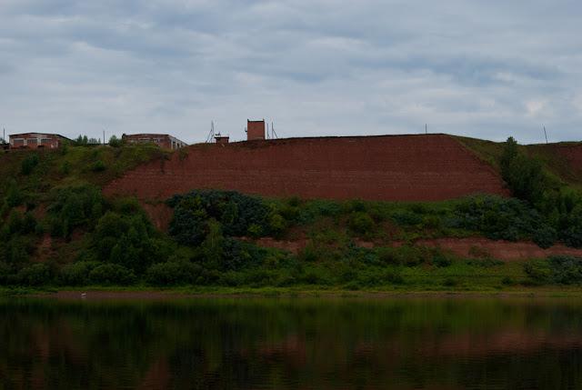 Высокий глинистый берег вблизи города Котельнича