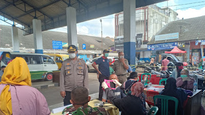 Kapolsek Ciawi dan Forkopimcam Monitor Langsung Program  Kegiatan Vaksinasi Massal Untuk Pasar Rakyat di Pasar Tradisional Ciawi.