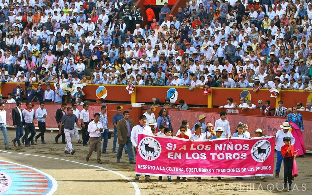 menores de edad taurinos desfile pancarta si a los niños en los toros plaza Acho llena 12 000 aficionados 1 diciembre 2019