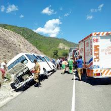 Tres personas heridas al explotarsale goma a autobús de Neyba