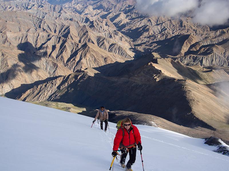 Pujant el Kang Yatsé, amb les muntanyes àrides al fons