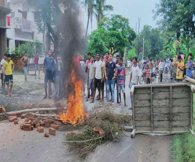 गोपालगंज में ईंट कारोबारी के घर पर दिनदहाड़े ताबड़तोड़ फायरिंग, सड़क पर उतरे आक्रोशित लोग
