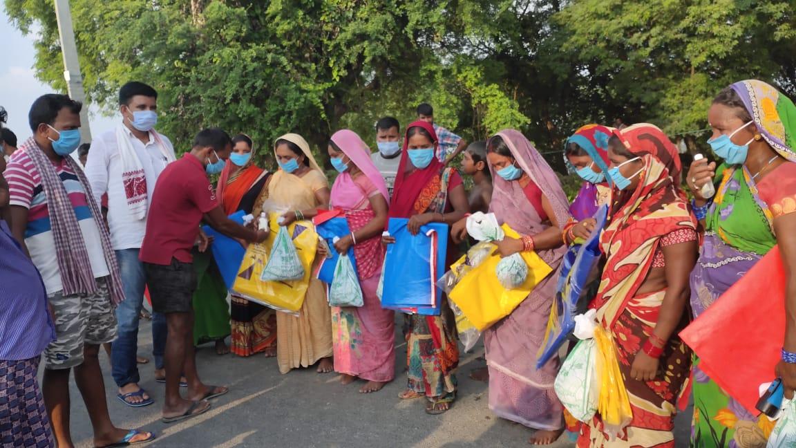 अमनौर में बाढ़ पीड़ितों के बीच जदयु नेता गुड्डू सिंह पटेल ने बंटा राहत सामग्री