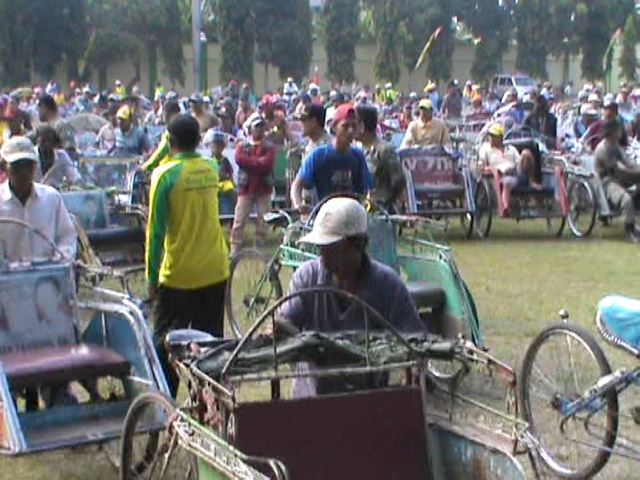 Bupati Jombang Bagi-bagi Zakat untuk Ribuan Tukang Becak