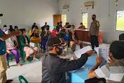 Personil Polsek Patokbesi Amankan Pembagian BLT Kemensos Tahap III - IV di Desa Mayangan